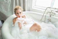 голая Эй Джей Кук в ванной