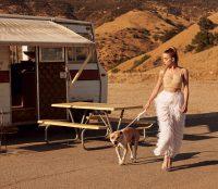 Эмбер Хёрд гуляет с собакой